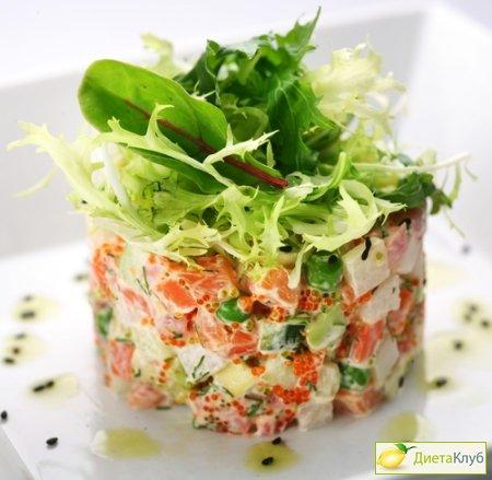 Салат с креветками и с семгой с солеными огурцами