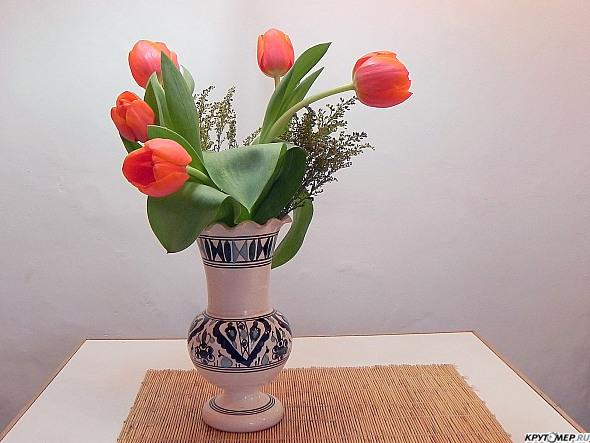 На столе стояла ваза с цветами