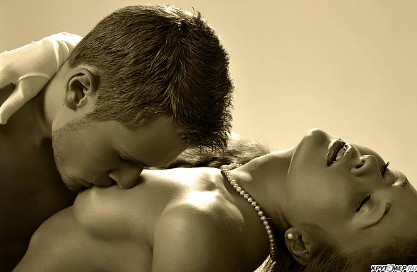 фото мужчина целует грудь девушке