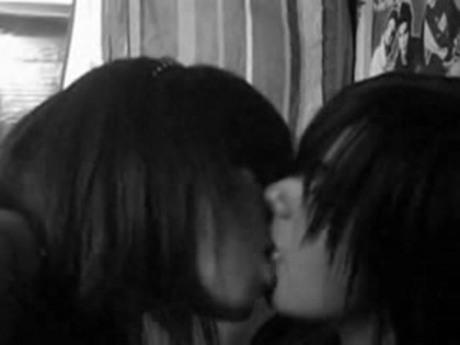 фото девушек в колледж целуется