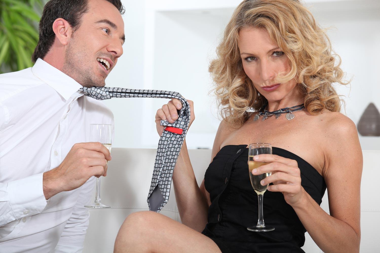 девушка командует мужиком возбуждающим телом, приглашает
