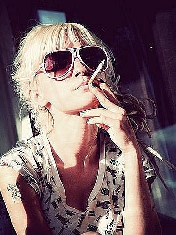 Блондинка курит на аву