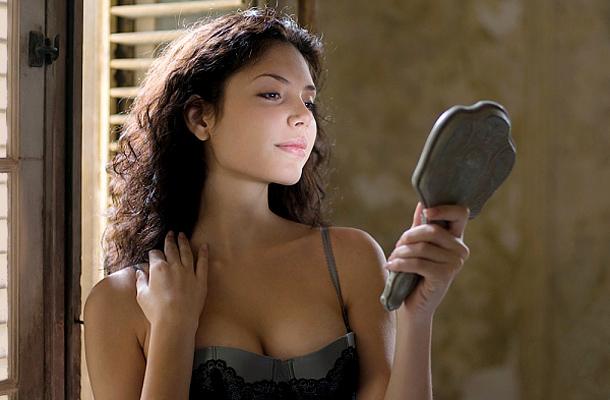 Девушка смотрит в зеркало фото