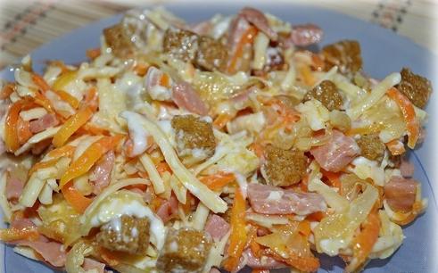 Салат корейская морковь колбаса кукуруза сухарики