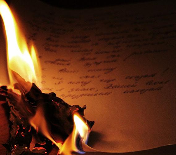 И всё сильней огонь, что превратил мечты в обугленные точки, упавшие золой в дрожащую ладонь