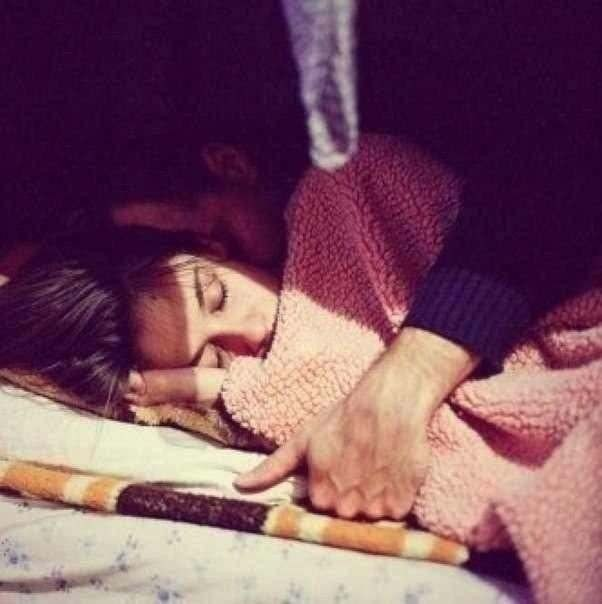 Картинка парень укрывает девушку одеялом