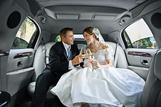 фото жених садится в машину красивый