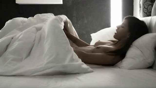 девушка ласкается с одеялом когда