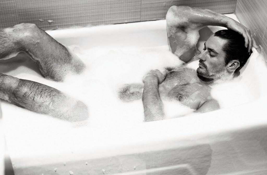 мужик ласкает пенис в ванной - 6